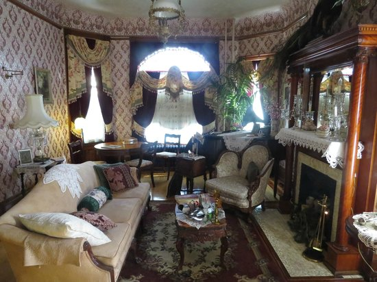 Schuster Mansion Bed & Breakfast: Parlor