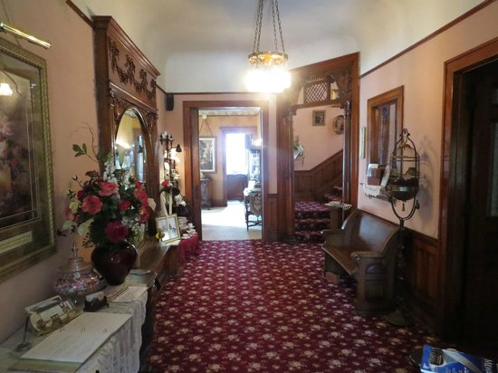Schuster Mansion Bed & Breakfast : Hallway