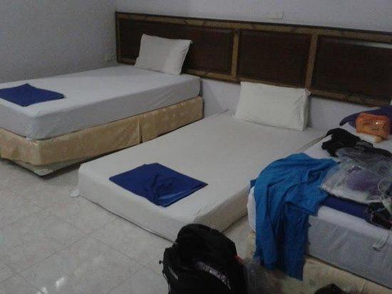 Asia Divers Resort : Materasso in terra al  posto di un letto vero pagato