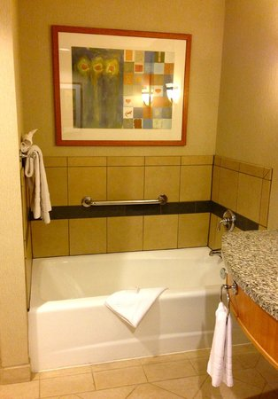 "Harrah's Ak-Chin Casino Resort : tub in ""resort premium poolside queen room"""
