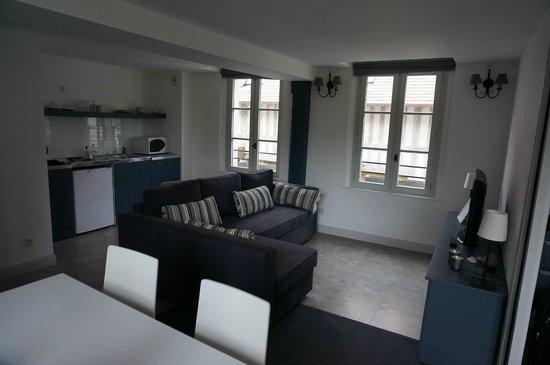 Le Fond de la Cour : Kitchen modern and compact