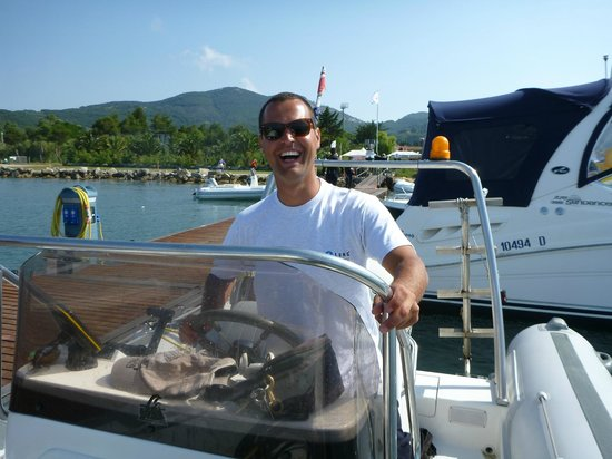 Diving in Elba: Francesco enjoys his job behind the wheel under guidance from Fabio