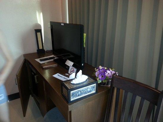 Kata Beachwalk Hotel and Bungalows : TV