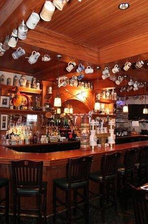 Metzgers German Restaurant: bar area