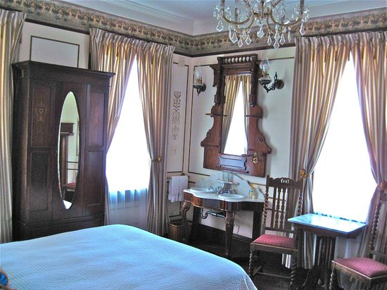 Weller House Inn: rooms with history in the furnishings!