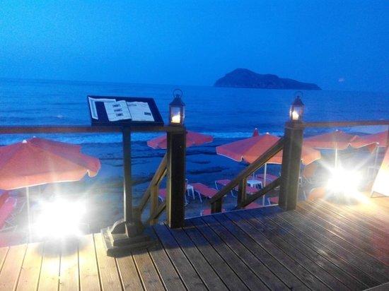 Carpe Diem Restaurant Bar: Night view...