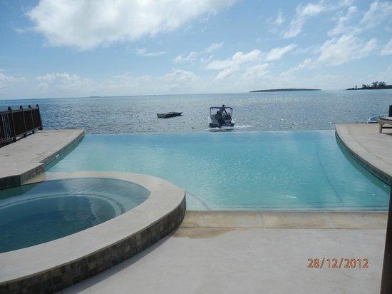 Auberge Aquarella: piscine de l hôtel a débordement