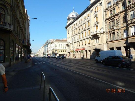 Novotel Budapest Centrum: Road outside hotel