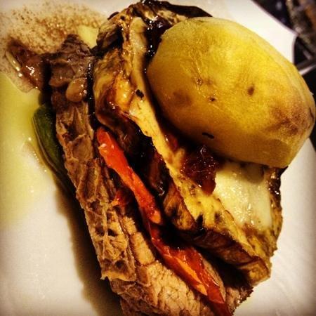 L'enoteca bar a vino: filetto di vitello con melanzana, provola e patata croccante