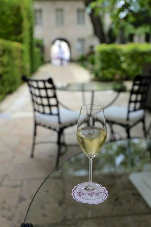 Hotel de Luxe le Cep: A glass of cremant in the courtyard