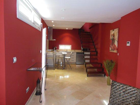 Life Apartments Giralda Suites: Cuisine et escalier