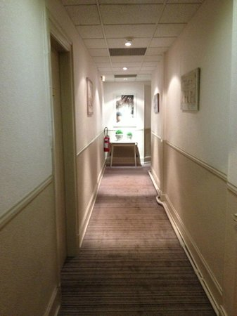 Hotel Bristol : Large couloir menant aux chambres