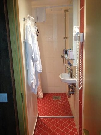 Meriton Old Town Garden Hotel: The tiny bathroom with WC and shower