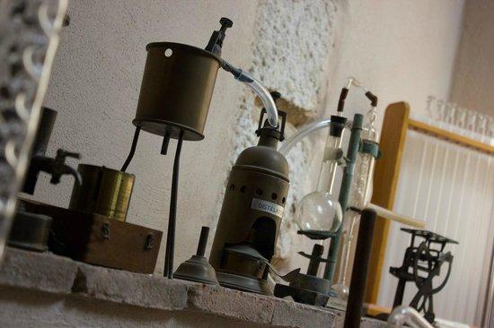 Museo del Vino: Collezzione di attrezzatura enologica dei primi del '900 nel laboratorio del Museo
