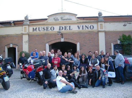 Facciata del Museo del VIno con i nostri amici del Moto Club Delta di Ferrara