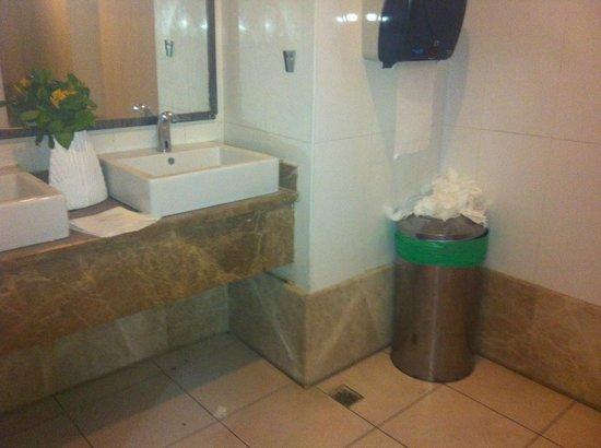 Jasmine Beach Resort: Hotel restroom