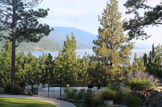 Bigfork Mountain Lake Lodge: Lake, garden and swimming pool, from balcony