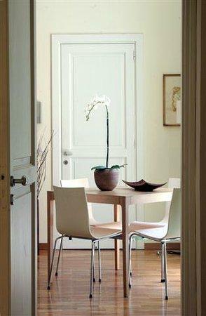 Corso Italia Suites: Table