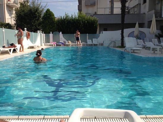 Hotel Giovanella : La piscine photo non trafiquée en grand angle