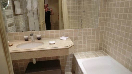 Hotel La Perouse: Badewanne mit Bad-Tisch(Waschbecken)