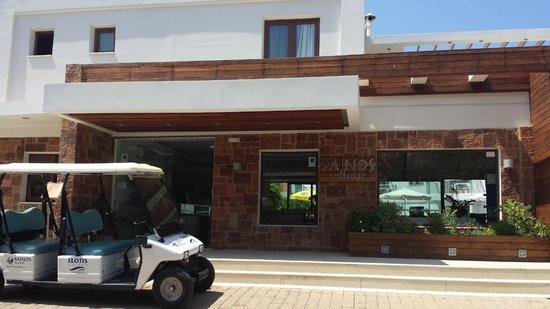 Minos Village: L'entrée de l'hôtel