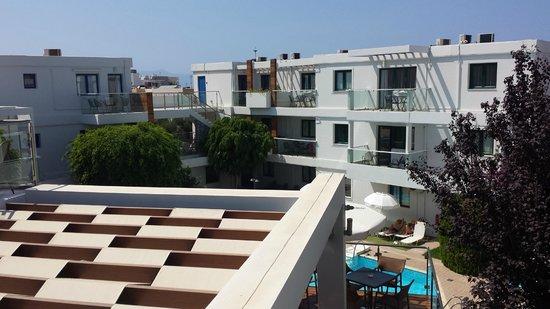 Minos Village: Vue sur la piscine et le reste de l'hôtel