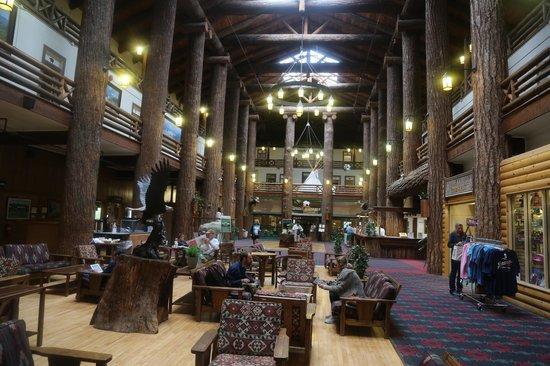 Glacier Park Lodge: lobby