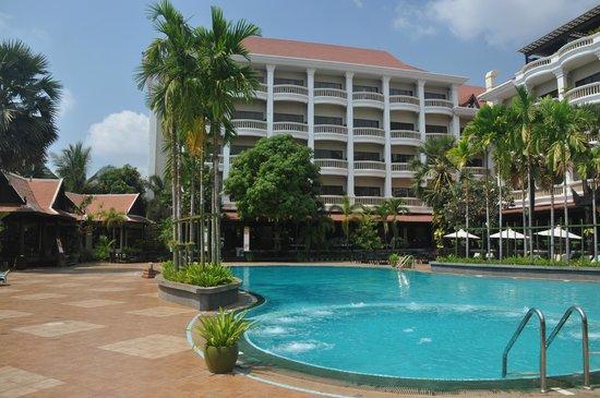 Borei Angkor Resort & Spa: Hotel gezien vanaf het zwembad