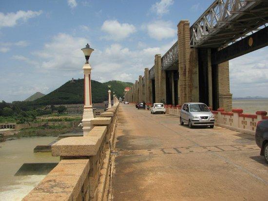 Tungabhadra Gardens and Dam: The Dam