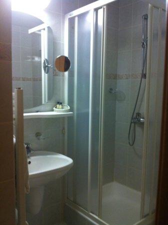 Hotel Corinthia: Bagno della camera