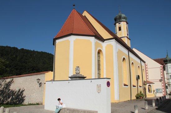 Brauereigasthof Schneider: Kirche am Ortseingang