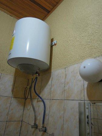 Hotel Muhabura: Small tank of water