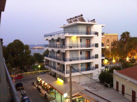 Hotel Mediterranean: Vista mare laterale:  a 100 mt. il casinò e a 300 mt. il porto