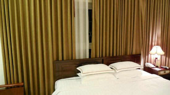 Hanoi Imperial Hotel: 清潔で広いベッド