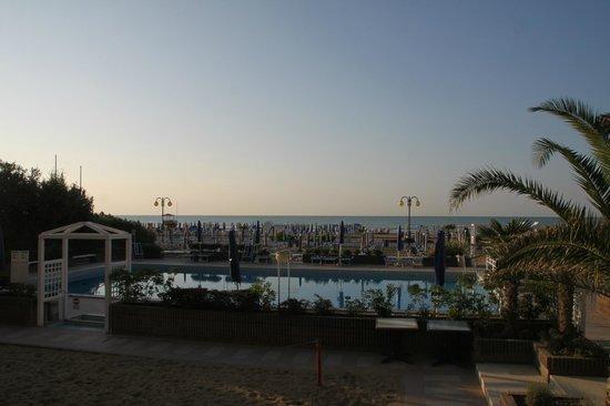 Hotel Orient & Pacific: Morgenstimmung über dem Pool