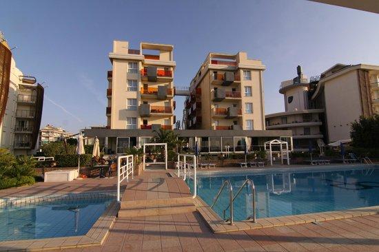 Hotel Orient & Pacific: Blick vom Pool auf die Rückseite des Hotels
