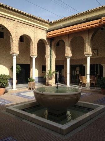 Parador de Carmona Restaurant : patio de l hôtel parador