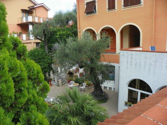 Orchidea Residence Hotel : Giardino e struttura