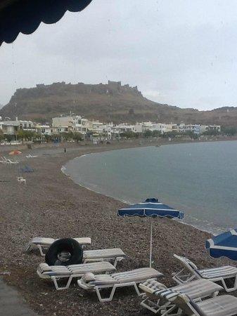 DaVinci's Restaurant: the beach , just a stones throw from davinchies.
