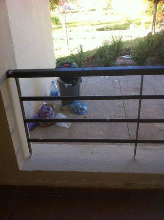 Hotel Farah Inn: Les poubelles, vues du balcon de ma chambre