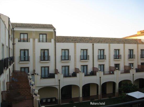 Mahara Hotel & Wellness : um pátio interior relvado é fresco e acolhedor