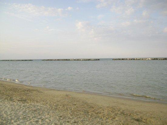 spiaggia di fronte all'Hotel Eliseo