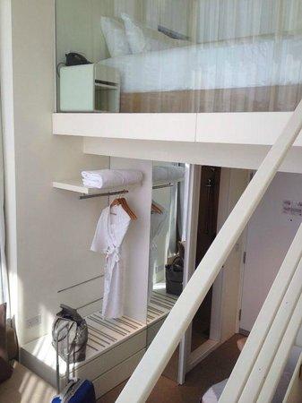Studio M Hotel: Bett im 2. Stock