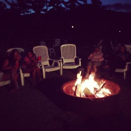 Diamond Cove Cottages: bonfire on the beach..