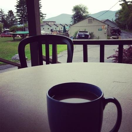 Diamond Cove Cottages : coffe on the deck of cabin 21