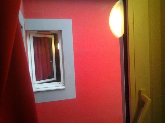 Enzo Hotels Mulhouse : La vue de la chambre ...