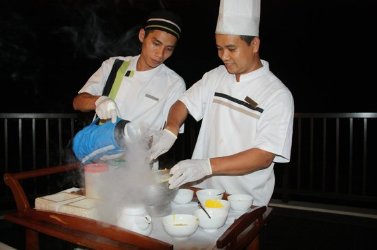 Pullman Danang Beach Resort: Making nitrogen ice cream