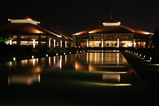 Pullman Danang Beach Resort: Restaurant and reception at night