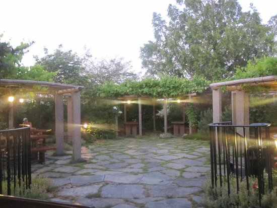 Olde Lantern Inn and Vineyard: Le Caveau Patio