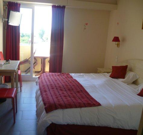Hotel Les Nevons: chambre vue sur le parking public